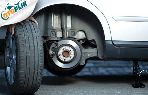 Memasang Ban Mobil Cadangan