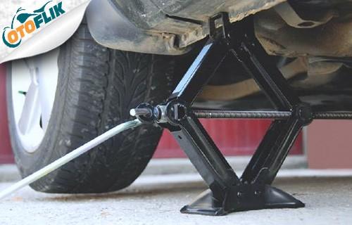 Menurunkan Dongkrak dan Mengencangkan Baut Ban Mobil