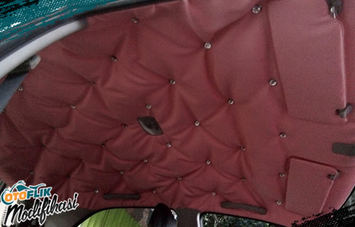 Modifikasi Plafon Mobil Merah