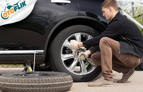 Pakai Kunci Roda Untuk Mengendurkan Baut Ban Mobil