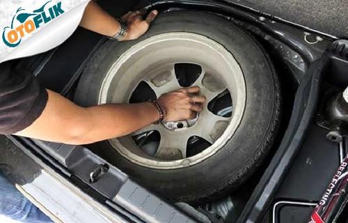 Simpan Kembali Ban Mobil Rusak dan Peralatan Ganti Ban Mobil