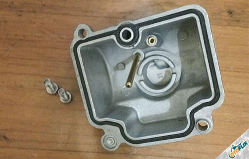 Buka Mangkuk Karburator dan Bersihkan