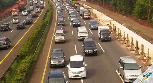 Cara Mengendarai Mobil Matic di Jalan Macet atau TOL