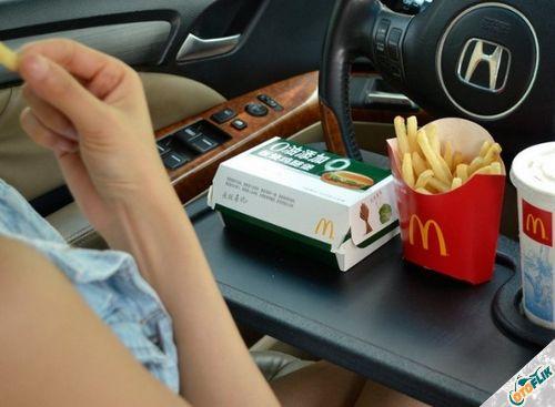 Jangan Biasakan Makan di Dalam Mobil
