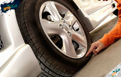 Bahaya Kelebihan atau Kekurangan Tekanan Ban Mobil