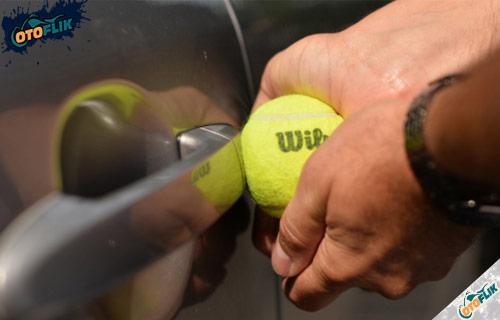 Cara Membuka Pintu Mobil yang Terkunci Dari Dalam Pakai Bola Tenis