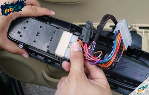 Memeriksa Soket dan Kabel Penghubung