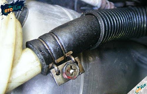 Kencangkan Klem Selang Power Steering